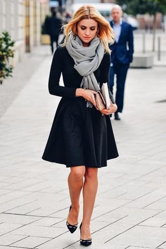 Comment porter: châle gris, t-shirt à manche longue noir, jupe patineuse noire, escarpins en daim découpés noirs