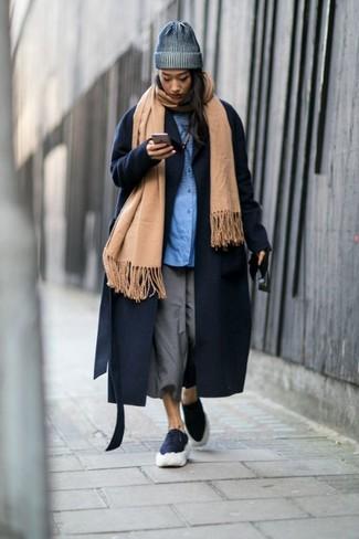 Comment porter: châle marron clair, manteau bleu marine, chemise de ville bleue, jupe-culotte grise