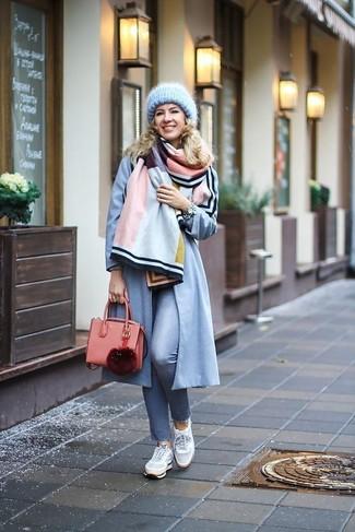 Comment porter un cartable en cuir rose: Pense à porter un manteau bleu clair et un cartable en cuir rose pour une tenue relax mais stylée. Cet ensemble est parfait avec une paire de des baskets basses grises.
