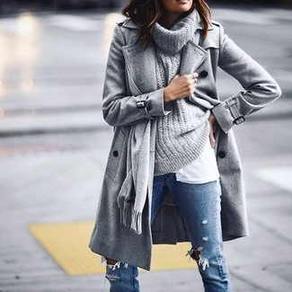 Comment porter: châle gris, manteau gris, pull à col boule gris, t-shirt à col rond blanc