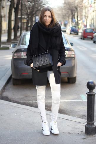 Comment porter: châle noir, manteau noir, pull à col rond noir, jean skinny blanc