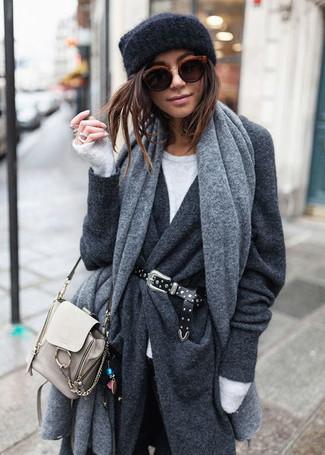 Comment porter un châle gris: Pense à harmoniser un manteau gris foncé avec un châle gris pour un look idéal le week-end.