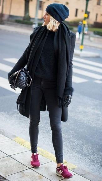 Comment porter: châle noir, manteau noir, pull à col rond duveteux noir, jean skinny gris foncé