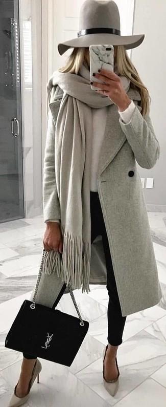 Comment porter: châle gris, manteau gris, pull à col rond blanc, pantalon slim noir