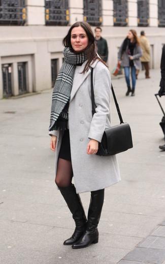 Comment porter: châle écossais gris, manteau gris, pull à col rond gris, minijupe noire