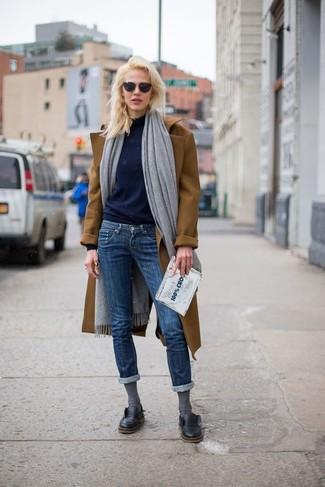 Comment porter: châle gris, manteau marron, pull à col roulé bleu marine, jean skinny bleu marine