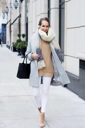 Comment porter: châle bleu clair, manteau bleu clair, pull surdimensionné marron clair, jean skinny blanc