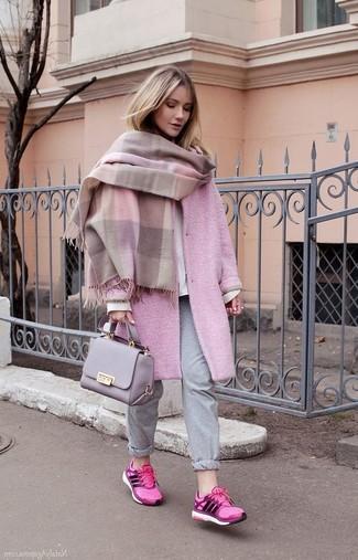 Comment porter: châle rose, manteau rose, sweat-shirt blanc, pantalon de jogging gris