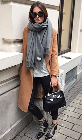 Comment porter: châle gris, manteau tabac, t-shirt à col rond gris, pantalon slim en soie noir