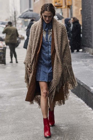 Comment porter: châle marron, trench marron, robe chemise en denim bleue, bottines en cuir rouges