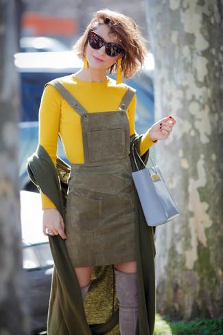 Comment porter: châle olive, pull à col rond jaune, robe chasuble en daim olive, cuissardes en daim grises