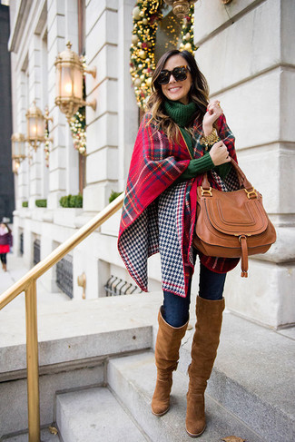 Pense à opter pour un pull à col roulé en tricot vert foncé et une montre dorée et tu auras l'air d'une vraie poupée. Cette tenue se complète parfaitement avec une paire de des cuissardes en daim brunes.