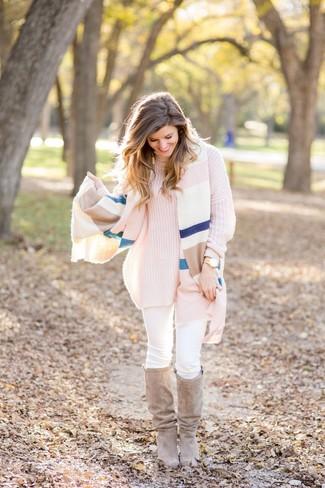 Comment porter: châle à rayures horizontales multicolore, pull à col roulé en tricot rose, jean skinny blanc, bottes hauteur genou en daim beiges