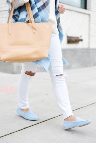 Comment porter: châle écossais bleu clair, pull surdimensionné blanc, jean skinny déchiré blanc, mocassins en cuir bleu clair