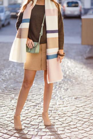 Comment porter un châle: Harmonise un pull surdimensionné en tricot olive avec un châle pour une impression décontractée. Cette tenue se complète parfaitement avec une paire de des bottines en daim marron clair.