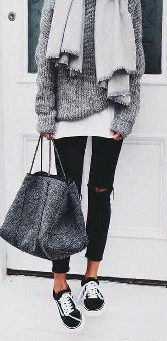 Comment porter: châle gris, pull surdimensionné en tricot gris, t-shirt à col rond blanc, jean skinny déchiré noir
