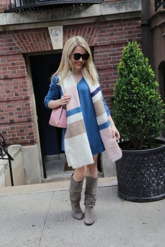 Comment porter: châle à rayures horizontales multicolore, robe droite bleue, bottes hauteur genou en daim grises, cartable en cuir rose