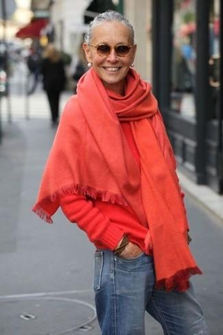 Comment porter un châle: Harmonise un pull à col rond rouge avec un châle pour un look confortable et décontracté.