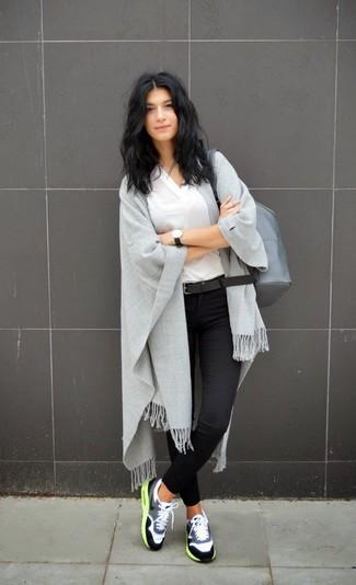 Pense à marier un t-shirt à col en v blanc avec un jean skinny noir pour une tenue raffinée mais idéale le week-end. Décoince cette tenue avec une paire de des chaussures de sport grises.