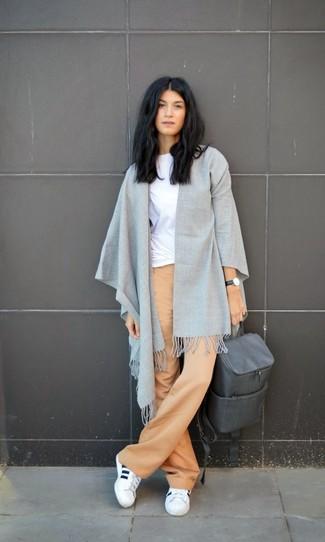Comment porter un sac à dos en cuir gris: Marie un t-shirt à col rond blanc avec un sac à dos en cuir gris pour une tenue idéale le week-end. Une paire de chaussures de sport blanches apportera un joli contraste avec le reste du look.