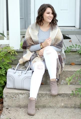 Comment porter: châle écossais marron clair, t-shirt à manche longue gris, jean skinny déchiré blanc, bottines en daim grises
