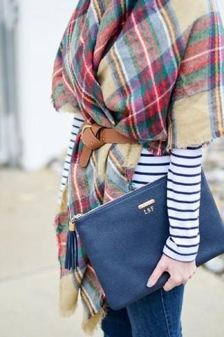 Comment porter: châle à carreaux multicolore, t-shirt à manche longue à rayures horizontales blanc et bleu marine, jean skinny bleu, pochette en cuir bleu marine
