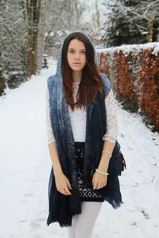 Comment porter: châle bleu, t-shirt à manche longue en dentelle blanc, minijupe géométrique noire et blanche, sac bandoulière en cuir noir
