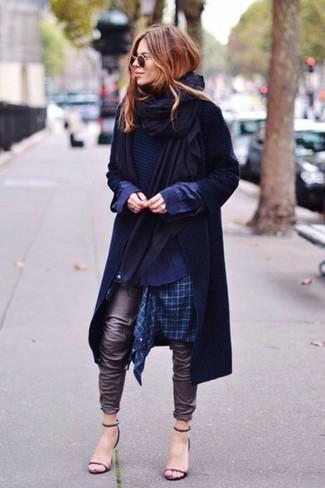 Comment porter: châle noir, trench bleu marine, pull à col rond bleu marine, chemise de ville écossaise bleu marine