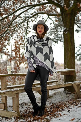 Comment porter: châle gris, tunique en tricot grise, pantalon slim en cuir noir, bottines à lacets en cuir noires