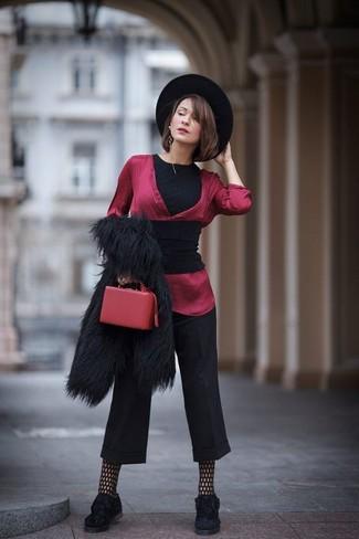 Comment porter: châle noir, veste de fourrure noire, t-shirt à col rond noir, chemisier à manches longues en soie rouge