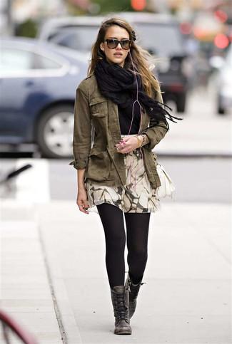Comment porter: châle noir, veste militaire olive, t-shirt à col rond noir, jupe patineuse imprimée beige