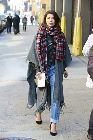 Comment porter des escarpins en daim noirs: Opte pour une veste motard en cuir noire avec un jean boyfriend bleu clair pour une impression décontractée. Termine ce look avec une paire de des escarpins en daim noirs.