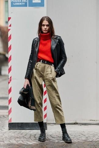 Comment porter une ceinture en daim noire: Pense à associer une veste motard en cuir noire avec une ceinture en daim noire pour un look confortable et décontracté. Une paire de des bottines plates à lacets en cuir noires ajoutera de l'élégance à un look simple.