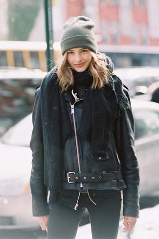 Comment porter: châle noir, veste motard en cuir noire, pull à col roulé gris foncé, jean skinny noir