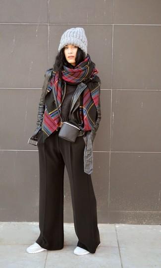 Les journées chargées nécessitent une tenue simple mais stylée, comme une veste motard en cuir noire et un pantalon large noir. Jouez la carte décontractée pour les chaussures et opte pour une paire de des chaussures de sport grises.