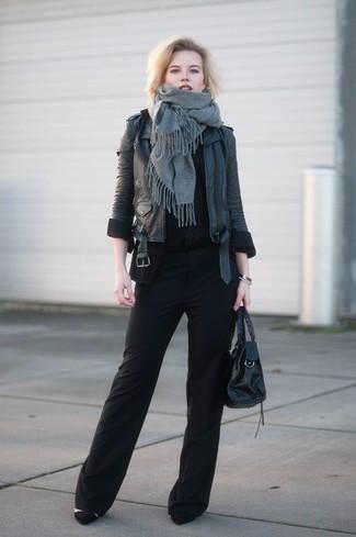 Comment porter: châle gris, veste motard en cuir noire, t-shirt à col rond noir, pantalon large noir