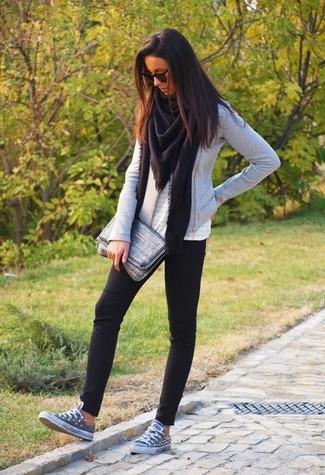 Comment porter: châle noir, veste motard grise, top sans manches en broderie anglaise blanc, leggings noirs