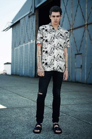 Comment porter une chemise à manches courtes à fleurs blanche et noire: Pour une tenue aussi confortable que ton canapé, essaie d'associer une chemise à manches courtes à fleurs blanche et noire avec un jean déchiré noir. Jouez la carte décontractée pour les chaussures et fais d'une paire de des sandales en cuir noires ton choix de souliers.