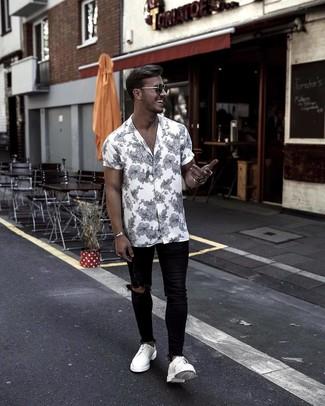 Comment porter une chemise à manches courtes à fleurs blanche et noire: Pense à associer une chemise à manches courtes à fleurs blanche et noire avec un jean skinny déchiré noir pour une tenue idéale le week-end. Opte pour une paire de des chaussures derby en cuir blanches pour afficher ton expertise vestimentaire.