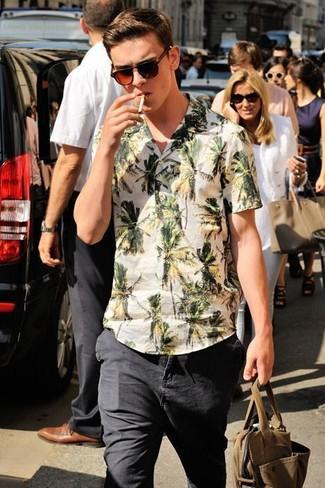 Comment porter: chemise à manches courtes à fleurs blanche, jean noir, lunettes de soleil marron foncé