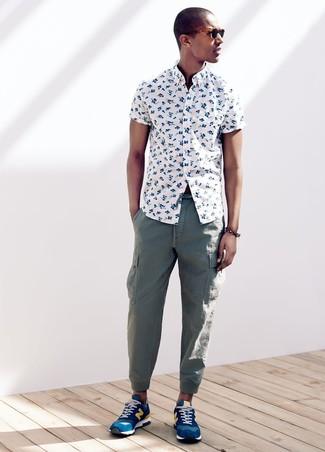 Comment porter: chemise à manches courtes à fleurs blanche, pantalon cargo vert, chaussures de sport bleues