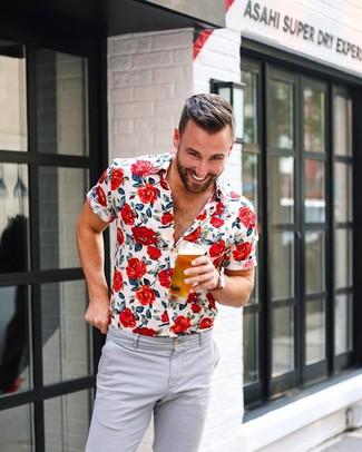 Comment porter: chemise à manches courtes à fleurs blanche, pantalon chino gris, montre en toile rouge
