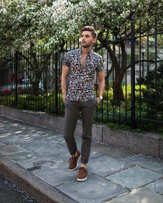 Comment porter: chemise à manches courtes à fleurs bleu marine, pantalon chino gris foncé, baskets basses en daim marron
