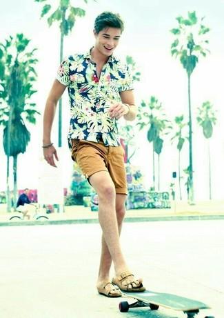 Comment porter: chemise à manches courtes à fleurs bleu marine, short marron clair, sandales en cuir marron clair