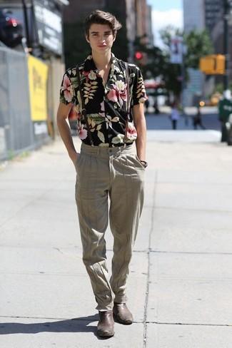 Comment porter: chemise à manches courtes à fleurs noire, pantalon de costume beige, bottines chelsea en cuir marron foncé