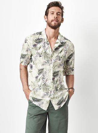 Comment porter: chemise à manches courtes à fleurs olive, short vert foncé
