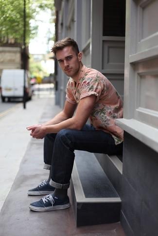 Comment porter: chemise à manches courtes à fleurs rose, jean bleu marine, tennis bleu marine