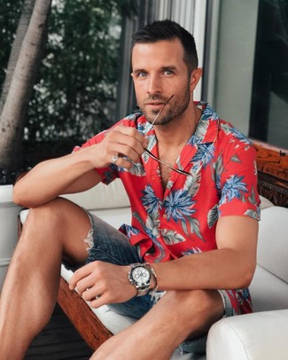 Comment porter: chemise à manches courtes à fleurs rouge, short en denim bleu marine, montre argentée