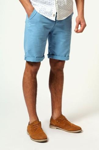 Comment porter: chemise à manches courtes á pois blanche, short bleu, chaussures brogues en daim tabac
