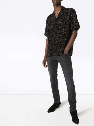 Comment porter: chemise à manches courtes á pois noire et blanche, jean gris foncé, bottines chelsea en daim noires